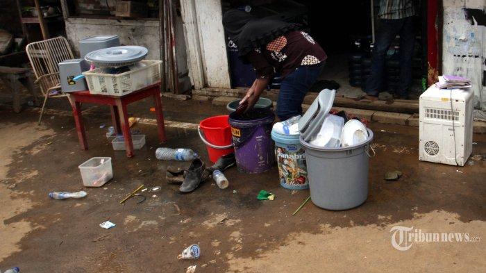 Warga Manggarai, Jakarta Selatan, menjemur dan membersihkan perabot rumah tangganya setelah beberapa hari terendam banjir akibat luapan Kali Ciliwung, Jumat (3/1/2020). Warta Kota/Henry Lopulalan