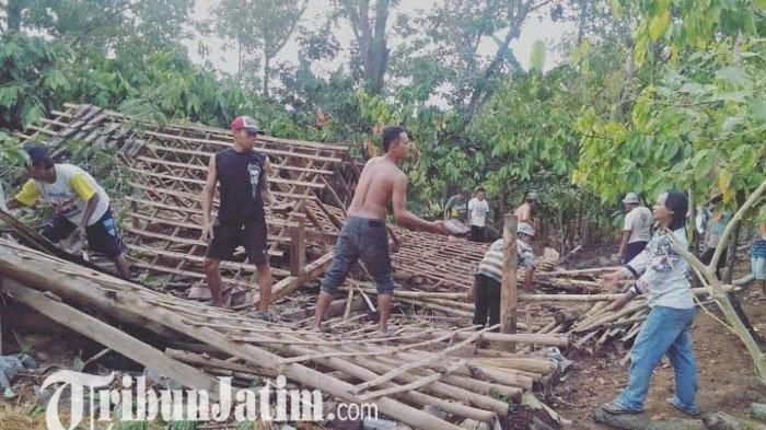 Petugas bersama warga bergotong royong membersihkan puing-puing rumah yang roboh akibat tertimpa pohon di Dusun Ngandong, Desa Kresek, Kecamatan Wungu, Kabupaten Madiun, Senin (11/11/2019). Tribunjatim/Willy Abraham