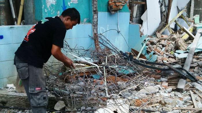 Warga Punguti Seng Hingga Besi di Lokasi Penggusuran Bukit Duri