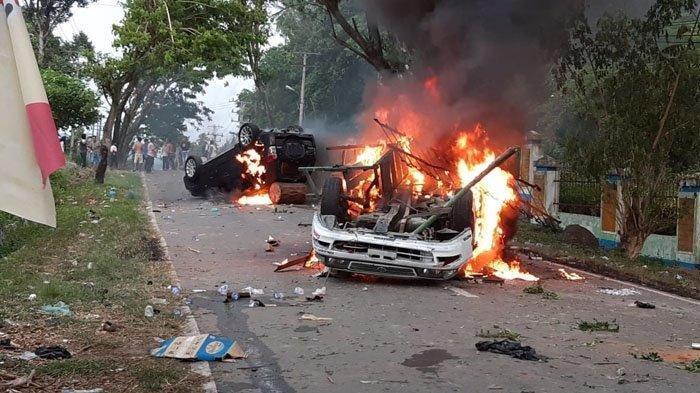 Warga Desa Mompang Julu, Kecamatan Panyabungan Utara, Kabupaten Mandailing Natal (Madina), membakar dua mobil dan memblokir Jalinsum, Senin (29/6/2020).