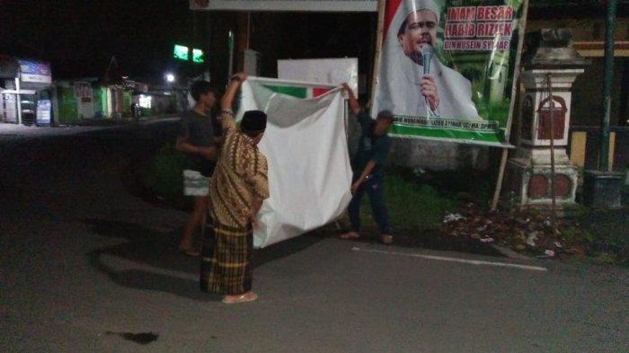 Anggota FPI Karang Taliwang Mataram Sukarela Turunkan Baliho Rizieq Shihab yang Masih Terpasang