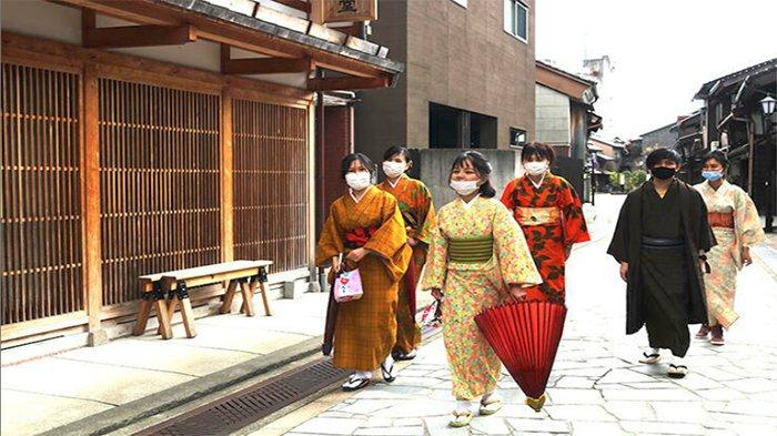Warga Asing di Jepang Jalan-jalan di Lokasi Pariwisata Mengenakan Kimono