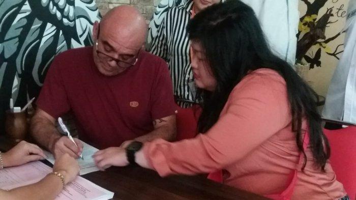 Seorang Warga Negara (WN) Israel, Raphael Erick Dray (56), telah menjalani pelimpahan tahap II di Kejaksaan Negeri (Kejari) Denpasar. Raphael didampingi penerjemahnya saat menjalani pelimpahan tahap II di Kejari Denpasar, Rabu (12/2/2020).