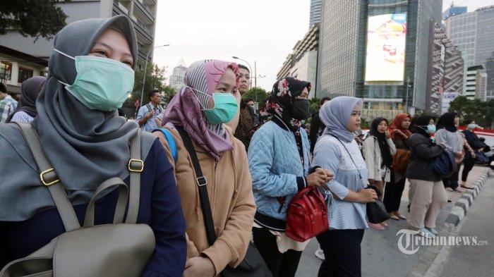 Warga beraktivitas di Jalan MH Thamrin, Jakarta Pusat, dengan menggunakan masker mengantisipasi dampak polusi, Rabu (14/8/2019) sore.  Kualitas udara di Jakarta masih berada pada level merah atau tidak sehat berdasarkan situs pemantau kualitas udara internasional AirVisual pada Kamis (15/8/2019) pagi, sekitar pukul 07.00 WIB. Pada laman resmi AirVisual tercatat bahwa Jakarta mempunyai indeks kualitas udara atau air quality index (AQI) sebesar 160 dengan parameter berupa partikel polutan sangat kecil berdiameter kurang dari 2,8 mikrometer (PM 2,8). Warta Kota/Alex Suban