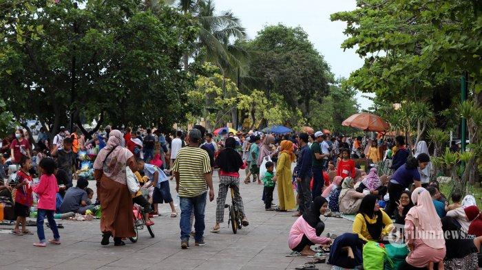 Sejumlah wisatawan memadati kawasan Pantai Karnaval Ancol, Jakarta Utara, Jumat (14/5/2021). Pemprov DKI Jakarta pada libur Lebaran 2021 membuka sejumlah tempat wisata, di antaranya wisata Ancol yang diperuntukkan khusus bagi warga ber-KTP DKI Jakarta dan membatasi jumlah wisatawan dengan kapasitas 30 persen. Tribunnews/Jeprima