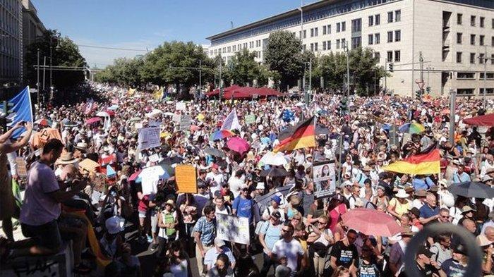 Ribuan orang berdemo di Jerman menolak aturan-aturan dan protokol kesehatan untuk menekan penyebaran virus corona, Sabtu (1/8/2020).