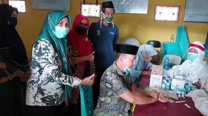 Warga Kelurahan Mesjid Priyayi, Kecamatan Kasemen, Kota Serang, Banten, mengikuti rapid test masal setelah sebelumnya menolak rapid test, Kamis (18/6/2020).