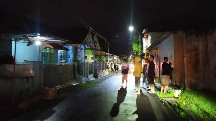 Warga Kalikabong Kecamatan Kalimanah digegerkan dengan penampakan pocong. Warga berbondong-bondong mencari pocong tersebut.
