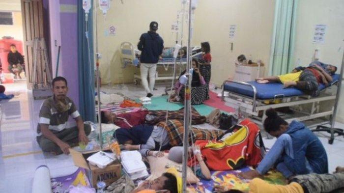 Jumlah warga desa Galanti, Kecamatan Wolowa, Kabupaten Buton, Sulawesi Tenggara diduga keracunan usai menyantap makanan di pesta pernikahan terus bertambah.(DEFRIATNO NEKE)