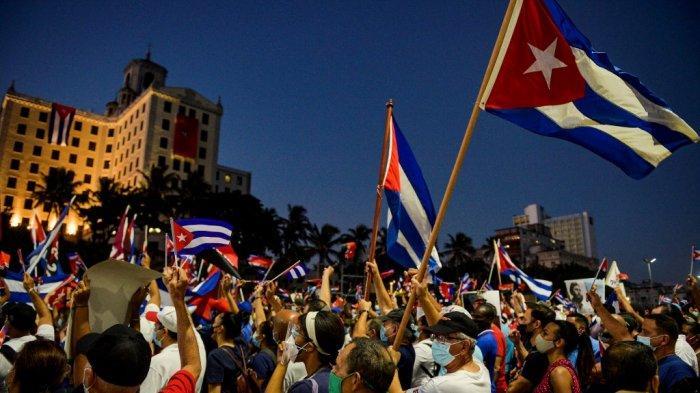 Warga Kuba berpartisipasi dalam aksi reafirmasi revolusioner untuk mendukung pemerintahan Presiden Miguel Diaz-Canel di Havana, pada 17 Juli 2021.