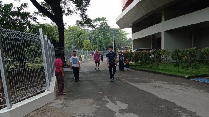 Warga masyarakat yang kembali berolahraga di Stadion Manahan, pada Sabtu (10/4/2021).