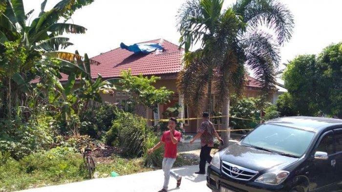 Erlina Menjerit Keras dan Berlari Keluar Saat Kursi Pelontar Pilot Pesawat Tempur TNI Timpa Rumahnya