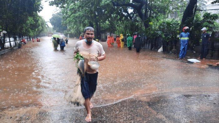 Warga Berburu Ikan Saat Banjir di Jalan TB Simatupang