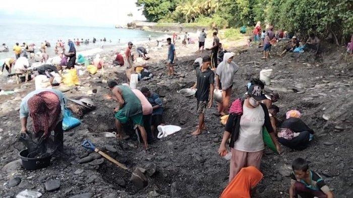 Aktivitas mendulang di pesisir pantai Desa Tamilouw, Amahai, Maluku Tengah, Jumat (26/3/2021).