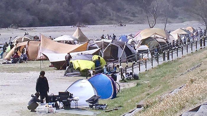 Pengumuman dari pemerintah Kota Fuchu di Tokyo yang melarang barbeque di sepanjang Sungai Tama dilanggar, warga membuka tenda dan membuat barbeque.