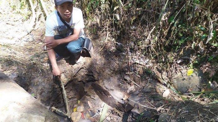 Warga menunjukan lokasi kejadian ditemukannya potongan kepala dan tangan yang hangus terbakar di gorong-gorong, RT 8 RW 3, Dukuh Plandi, Desa Watuagung, Kecamatan Tambak, Banyumas pada Selasa (9/7/2019).