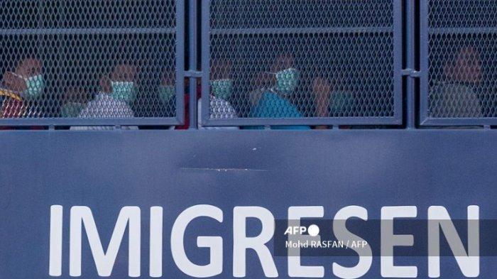 Sebuah truk imigrasi yang diyakini membawa migran Myanmar dari Malaysia kembali ke tanah air mereka, terlihat menuju pangkalan Angkatan Laut di Lumut, di luar Kuala Lumpur pada 23 Februari 2021.