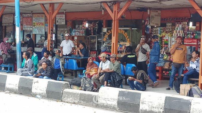 NEKAT MUDIK - Warga nekat mudik menggunakan angkutan bus umum melalui Terminal.Kalideres, Jakarta Barat, Rabu (1/4/2020). Himbauan pemerintah untuk tidak mudik sepertinya tak dihiraukan, padahal tindakan tersebut mengundang penyebaran wabah Covid-19 ke luar ibukota. WARTA KOTA/NUR ICHSAN
