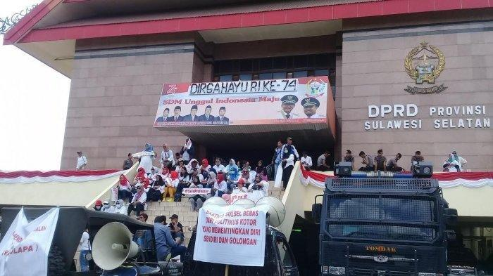 Ratusan warga mendatangi Kantor Dewan Perwakilan Rakyat Daerah (DPRD) Sulawesi Selatan di Jl Urip Sumiharjo, Senin (19/8/2019). Tribun Timur/Hasan Basri