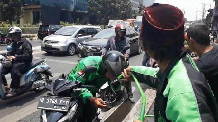 Sisa Gas Air Mata Masih Terasa di Pejompongan, Warga Bagikan Air kepada Pengendara yang Melintas