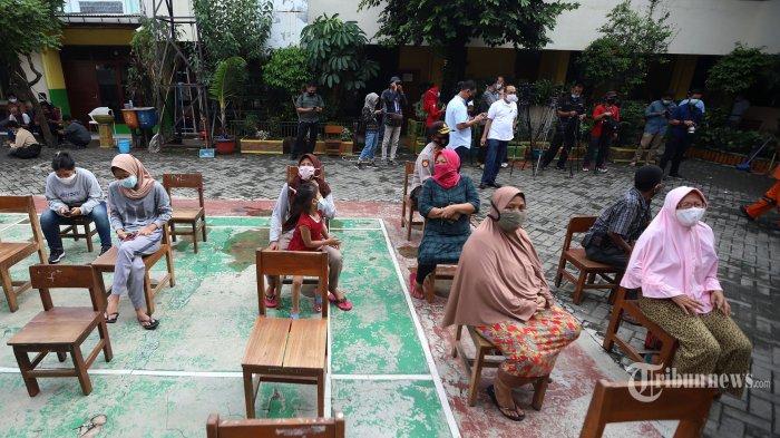Warga saat mengantri untuk mengikuti rapid test gratis di SDN 01 Petamburan, Jakarta Pusat, Minggu (22/11/2020). kegiatan tersebut sebagai komitmen Polda Metro Jaya untuk mencegah penyebaran virus covid-19 setelah ditemukan adanya warga yang terpapar seusai menghadiri acara pernikahan dan maulid Nabi Muhammad SAW yang diselenggarakan oleh FPI. Tribunnew/Jeprima