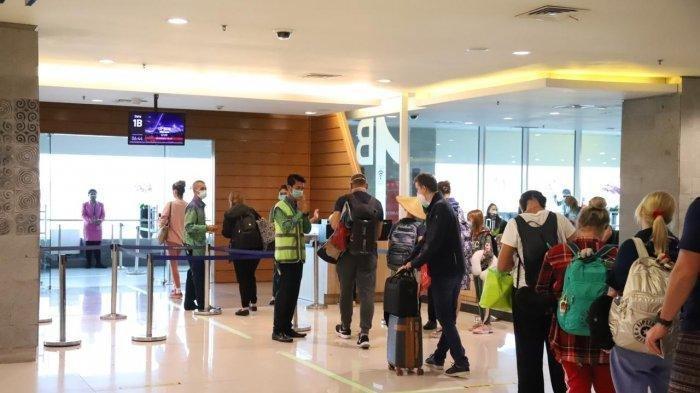 Suasana penumpang WN Polandia yang dijemput menggunakan pesawat charter di boarding gate Bandara I Gusti Ngurah Rai Bali.