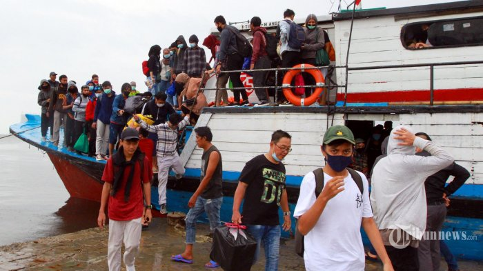 Sejumlah wisatawan turun dari kapal usai menghabiskan masa libur di Kali Adem, Muara Angke, Jakarta Utara, Minggu (1/11/2020). Masuk PSBB transisi liburan di Kawasan Kepulauan Seribu menjadi tempat berlibur bagi warga buat mengisi libur panjang. Lebih dari 1.500 orang berlibur di Kepulauan Seribu. Kapal kayu membawa inipun memperhatikan prokol kesehatan dengan mengijinkan hanya mengangkut 50 persen dari daya angkut kapal. (WARTAkOTA/Henry Lopulalan)