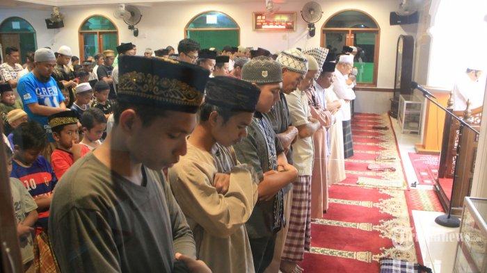 SHALAT GERHANA - Warga melakukan shalat gerhana di masjid Al Hijrah jalan Delima Samarinda Ulu, Rabu (31/1). Shalat dan doa dilakukan saat berlangsungnya gerhana bulan demi mengingatkan dan  menyadari kekuasaan allah.(TRIBUNKALTIM/NEVRIANTO HARDI PRASETYO)