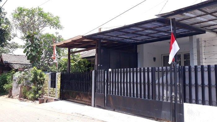Kenang Jasa Habibie, Warga Tangerang Selatan Kibarkan Bendera Setengah Tiang