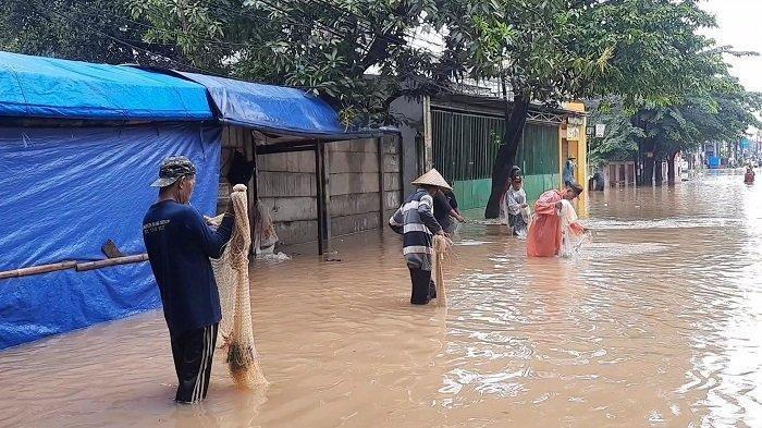 Banjir diJalan Raya Bintara Bekasi, Jadi Spot Warga untuk Menjala Ikan