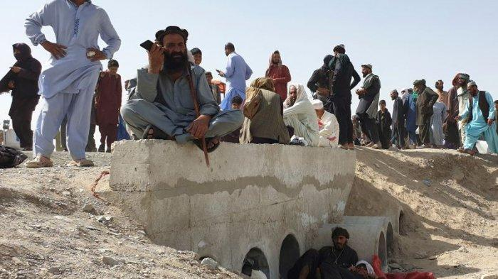 Warga terdampar menunggu pembukaan kembali penyeberangan perbatasan yang ditutup oleh pihak berwenang, di Chaman pada Sabtu (7/8/2021), setelah Taliban menguasai kota perbatasan Afghanistan dalam serangan cepat di seluruh negeri.