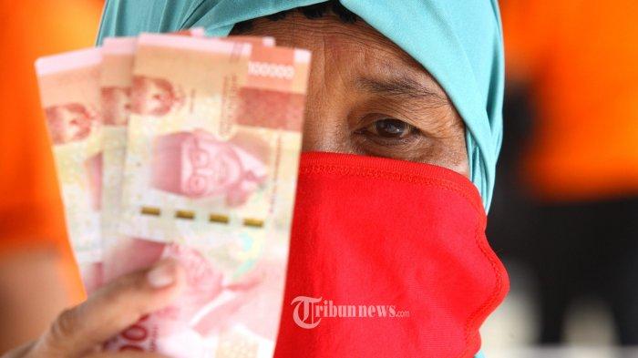 Seorang ibu menerima Bantuan Langsung Tunai (BLT) sebesar Rp 300.000 dari petugas di Kantor Pos Besar Bandung, Jalan Asia Afrika, Kota Bandung, Jumat (8/5/2020). Pembagian BLT dari pemerintah kepada warga miskin tersebut serentak dilakukan di setiap Kantor Pos.