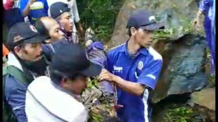 Tangkapan layar video warga saat mengevakuasi jenazah yang tertimpa batu karena terkena longsor di sejumlah titik jalur perbukitan Piket Nol, Desa Sumberwuluh, Kecamatan Candipuro, Sabtu (10/4/2021).
