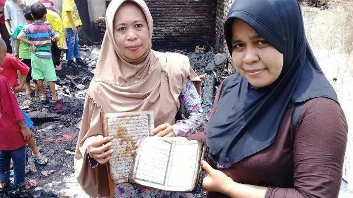 Warga tunjukkan Al Quran dan Iqra yang ditemukan utuh di puing-puing kebakaran di Jl Nuri Baru, Lorong 3 RT 002 RW 5 Kelurahan Bontorannu, Kecamatan Mariso, Kota Makassar, Sabtu (7/12/2019) pagi.