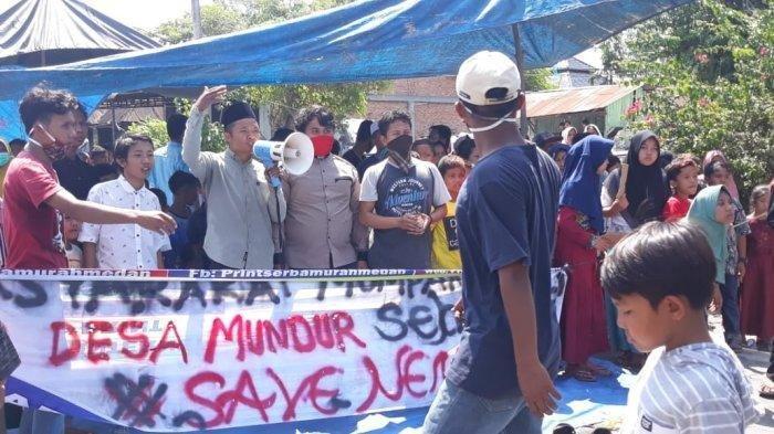 Warga Madina melakukan aksi unjuk rasa karena bansos, Senin (29/6/2020).