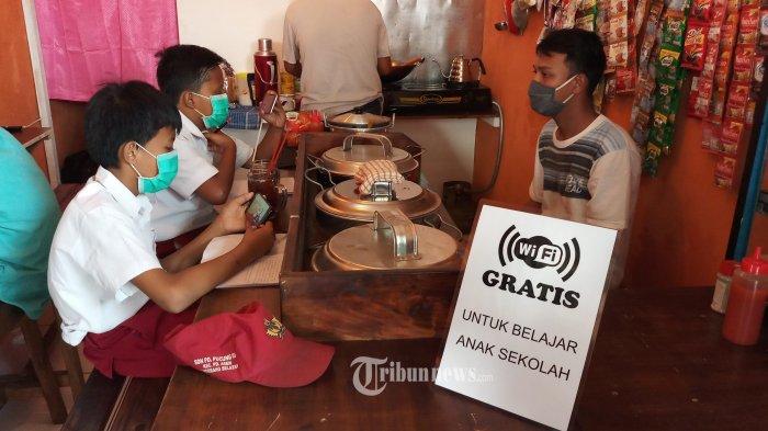 Protes Belajar Daring, Orang Tua Murid di Padang Upacara Pakai Seragam SD