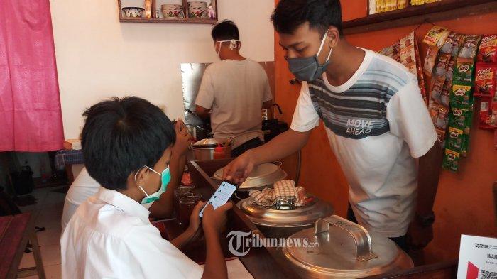 WIFI GRATIS UNTUK PELAJAR - Warung kopi Rizki di Jalan Jombang Raya, Pondok Aren, Kota Tsngerang Selatan, memberikan layanan wifi gratis untuk para pelajar yang belajar daring, Rabu (29/7/2020). Anhar Rizki,, pemilik warung kopi ini mengaku prihatin melihat para pelajar yang belajar online namun ada keterbatasan tidak mempunyai kuota internet. WARTA KOTA/NUR ICHSAN