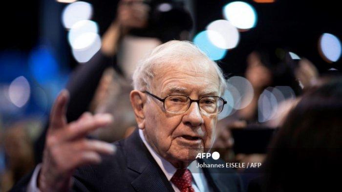 Warren Buffett, CEO Berkshire Hathaway, berbicara kepada pers saat tiba di rapat pemegang saham tahunan 2019 di Omaha, Nebraska, 4 Mei 2019.