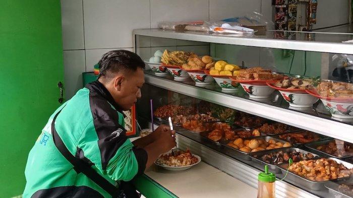 Supir ojek yang sedang makan di Warteg Kharisma, Bahari dengan mendapatkan harga Rp 10.000. Senin (2/8/2021).