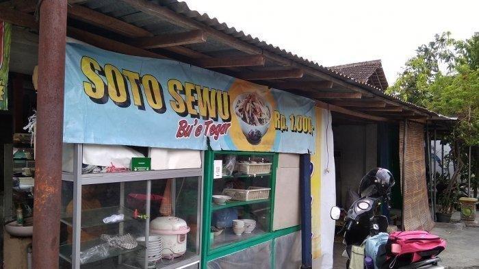 Warung soto sewu milik Sukarni yang berada di Kampung Ringin Anom, Sragen Kulon RT 5, samping Jalan Raya Slamet Riyadi, Sragen