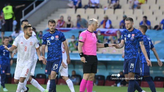 Wasit Belanda Bjorn Kuipers (2ndR) mengobrol dengan bek Slovakia Milan Skriniar (kanan) selama pertandingan sepak bola Grup E UEFA EURO 2020 antara Slovakia dan Spanyol di Stadion La Cartuja di Seville pada 23 Juni 2021.