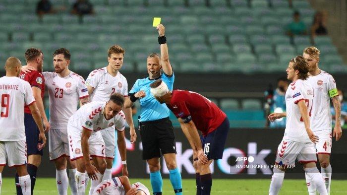 Wasit Belanda <a href='https://manado.tribunnews.com/tag/bjorn-kuipers' title='BjornKuipers'>BjornKuipers</a> (tengah) menunjukkan kartu kuning kepada bek Republik Ceko Tomas Kalas (2L) selama pertandingan sepak bola perempat final <a href='https://manado.tribunnews.com/tag/uefa' title='UEFA'>UEFA</a> EURO 2020 antara Republik Ceko dan Denmark di Stadion Olimpiade di Baku pada 3 Juli 2021.