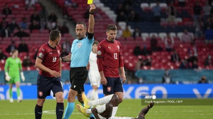Wasit Portugal Artur Dias menunjukkan kartu kuning kepada bek Republik Ceko Jan Boril (kiri) karena melakukan pelanggaran terhadap gelandang Inggris Bukayo Saka (kanan) selama pertandingan sepak bola Grup D UEFA EURO 2020 antara Republik Ceko dan Inggris di Stadion Wembley di London pada 22 Juni , 2021.