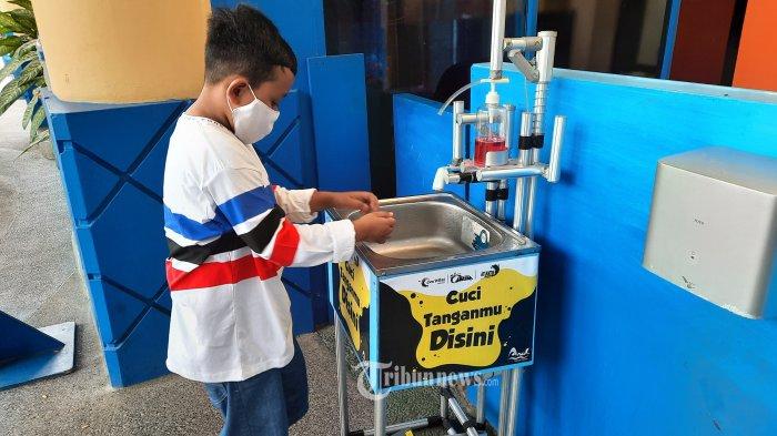 Warga tengah mencuci tangan menggunakan wastafel publik di Kawasan Sea World, Ancol, Jakarta Utara, Minggu (3/1/2020). Sea World Ancol terus menerapkan protokol kesehatan bagi pengunjung dengan terus mengedepankan 3M saat akan masuk ke area Aquarium raksasa. Warta Kota/Angga Bhagya Nugraha