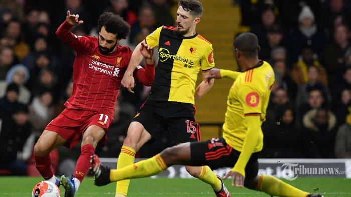 Pemain tengah Liverpool asal Mesir, Mohamed Salah (kiri) diadang pemain belakang Watford asal Irlandia Utara, Craig Cathcart (tengah) dan pemain belakang Watford asal Zaire kelahiran Belgia, Christian Kabasele dalam laga lanjutan Liga Inggris 2019/2020 di Stadion Vicarage Road, Watford, London Utara, Inggris, Minggu (1/3/2020) dini hari WIB. Liverpool kalah telak 0-3 dan ini merupakan kekalahan pertama The Reds di Liga Inggris pada musim ini sekaligus menghentikan rekor tak terkalahkan yang dicapai Liverpool. AFP/Justin Tallis