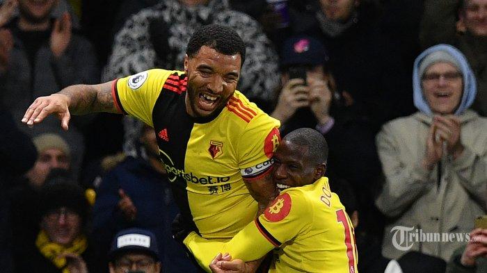 Striker Watford asal Inggris, Troy Deeney (kiri) melakukan selebrasi bersama rekannya, pemain tengah asal Prancis, Abdoulaye Doucoure usai mencetak gol ketiga bagi timnya ke gawang Liverpool dalam laga lanjutan Liga Inggris 2019/2020 di Stadion Vicarage Road, Watford, London Utara, Inggris, Minggu (1/3/2020) dini hari WIB. Liverpool kalah telak 0-3 dan ini merupakan kekalahan pertama The Reds di Liga Inggris pada musim ini sekaligus menghentikan rekor tak terkalahkan yang dicapai Liverpool. AFP/Justin Tallis