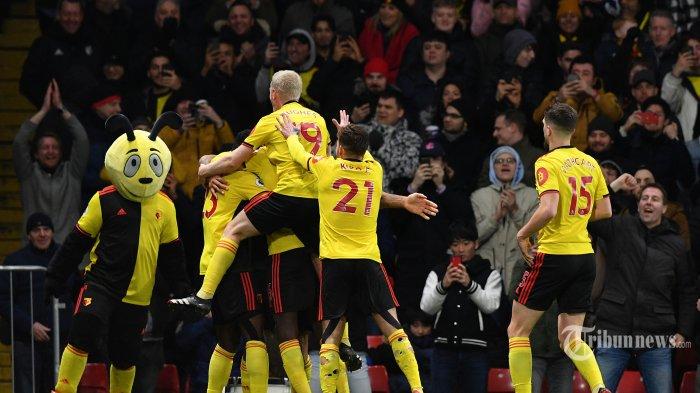 Striker Watford asal Inggris, Troy Deeney melakukan selebrasi bersama rekan-rekannya usai mencetak gol ketiga bagi timnya ke gawang Liverpool dalam laga lanjutan Liga Inggris 2019/2020 di Stadion Vicarage Road, Watford, London Utara, Inggris, Minggu (1/3/2020) dini hari WIB. Liverpool kalah telak 0-3 dan ini merupakan kekalahan pertama The Reds di Liga Inggris pada musim ini sekaligus menghentikan rekor tak terkalahkan yang dicapai Liverpool. AFP/Justin Tallis