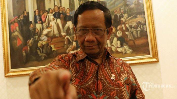 Menteri Koordinator Bidang Politik, Hukum, dan Keamanan (Menkopolhukam) Mahfud MD berpose usai wawancara khusus dengan Tribunnews.com di Kantor Kemenkopolhukam, Jakarta, Selasa (19/11/2019). TRIBUNNEWS/IRWAN RISMAWAN