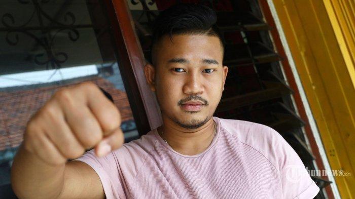 Sepi Maulana Ardiansyah (28), Pengidap HIV/AIDS berpose usai wawancara khusus dengan Tribunnews.com di Jakarta, Selasa (26/11/2019). TRIBUNNEWS/IRWAN RISMAWAN