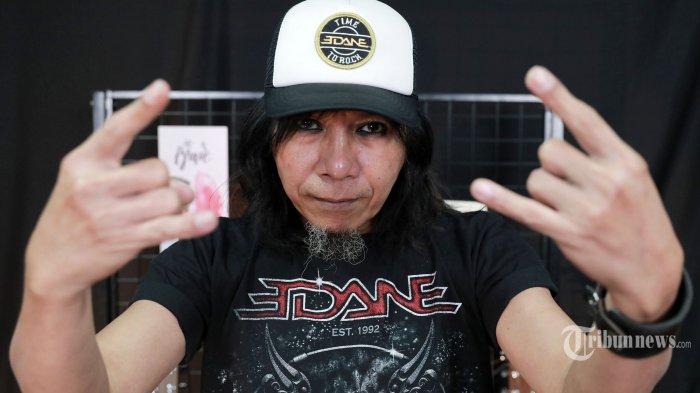 Gitaris Band Edane, Eet Sjahranie berpose usai wawancara khusus di Kantor Tribun Network, Jakarta Pusat, Rabu (24/2/2021). Tribunnews/Irwan Rismawan